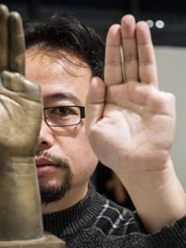 Sheng QUI Artista che si auto mutilò tagliandosi un dito per protesta contro il massacro di piazza Tien An Men. Disegnò il Fiocco Rosso della lotta all'AIDS.