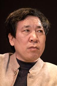 """Yan LIANKE scrittore cinese, noto per lo stile satirico che ha spesso causato l'imposizione di censura. Ha iniziato nel 1978, tuttavia solo nei primi anni 2000 ha cominciato a godere di visibilità internazionale grazie soprattutto al discreto successo di Dream of Ding Village, la traduzione inglese di un suo romanzo del 2005. Già nel 2000 però, aveva vinto in Cina il Premio """"Lu Xun"""" e nel 2014 il Premio Franz Kafka."""